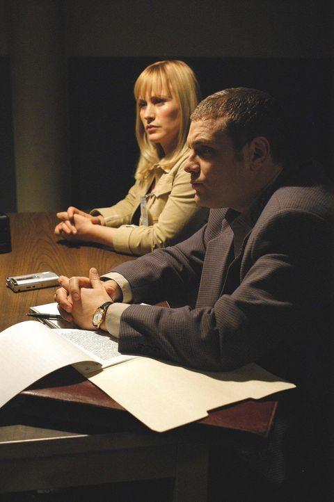 Detective Lee Scanlon (David Cubitt, r.) und Allison (Patricia Arquette, l.) verhören einen Zeugen ... - Bildquelle: Paramount Network Television