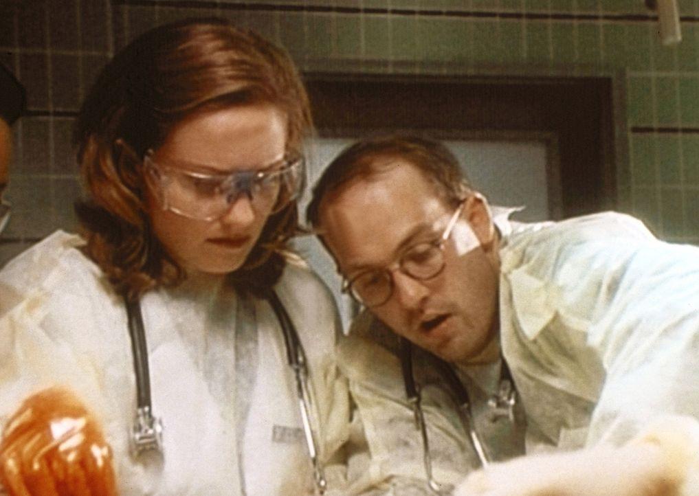 Dr. Lewis (Sherry Stringfield, l.), von Dr. Kayson (Sam Anderson) wegen eines angeblichen Diagnosefehlers unter Druck gesetzt, ist nervös und begeh... - Bildquelle: TM+  WARNER BROS.