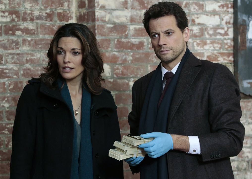 Steckt doch Geld als Motiv hinter dem Mord? Jo (Alana De La Garza, l.) und Henry (Ioan Gruffudd, r.) ermitteln ... - Bildquelle: Warner Brothers