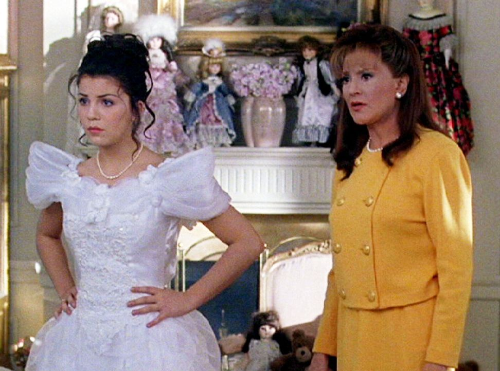 Die Beziehung zwischen Emily (Kelly Bishop, r.) und Lorelai (Chelsea Brummet, l.) nahm durch die Schwangerschaft ihrer Tochter Schaden, der auch bis... - Bildquelle: 2002 Warner Bros.