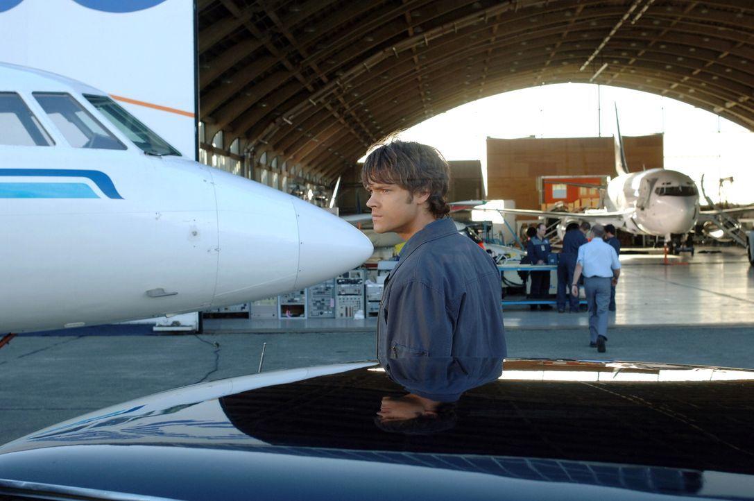 Ein Mann, der vom Geist eines Phantom Reisenden besessen ist, bringt ein Flugzeug zum Absturz. Sam (Jared Padalecki) und Dean müssen den Geist finde... - Bildquelle: Warner Bros. Television
