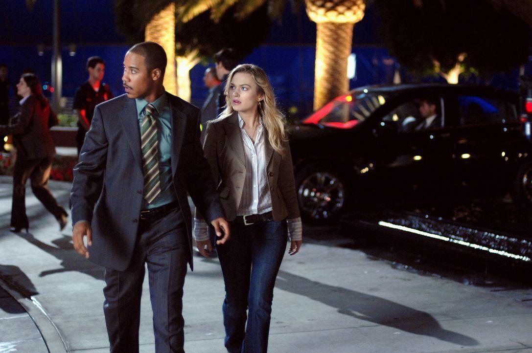Ihre Wege kreuzen sich ständig: Beth (Sophia Myles, r.) und Leutnant Carl Davis (Brian J. White, l.) sind sofort vor Ort, wenn es etwas aufzuklären... - Bildquelle: Warner Brothers