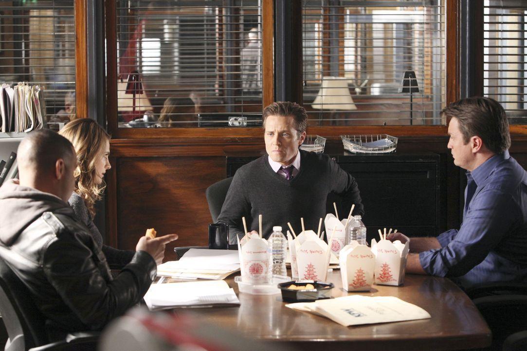 Kevin Ryan (Seamus Dever, 2.v.r.) macht seiner Verlobten zuliebe eine Diät. Castle (Nathan Fillion, r.), Javier (Jon Huertas, l.) und Kate (Stana Ka... - Bildquelle: ABC Studios