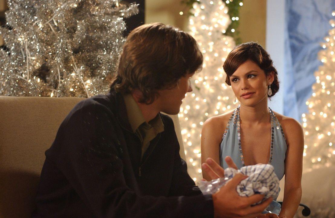 Nach all dem Ärger finden Summer (Rachel Bilson, l.) und Zach (Michael Cassidy, r.) wieder zueinander ... - Bildquelle: Warner Bros. Television