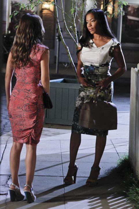 Als Wade mit einer anderen Frau flirtet bleibt Zoe (Rachel Bilson, l.) nur eine Möglichkeit: Rubys (Golden Brooks, r.) Cousin Zach ... - Bildquelle: Warner Bros.