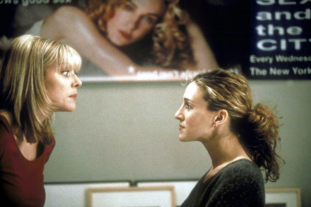 Während Samantha (Kim Catrall, l.) Carries (Sarah Jessica Parker, r.) Werbeposter beäugt, rät sie ihrer Freundin, Mr. Big abzuschreiben. - Bildquelle: 1998 HBO