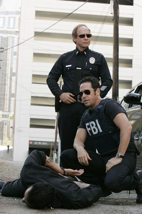 Haben Don Eppes (Rob Morrow, r.) und  Lt. Gary Walker (Will Patton, M.) den richtigen Täter gefasst? - Bildquelle: Paramount Network Television