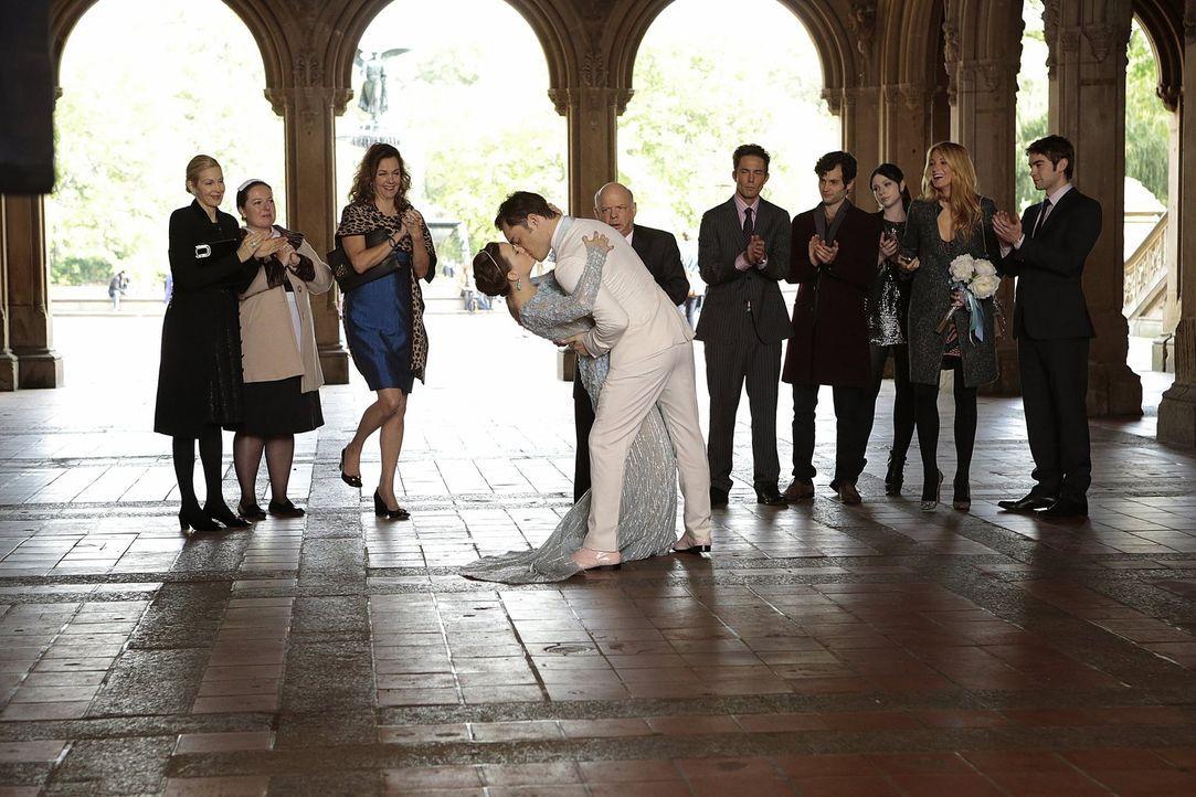Im Beisein ihrer Liebsten geben sich Blair (Leighton Meester, 4.v.l.) und Chuck (Ed Westwick, 5.v.l.) das JA-Wort: Lily (Kelly Rutherford, l.), Doro... - Bildquelle: Warner Brothers
