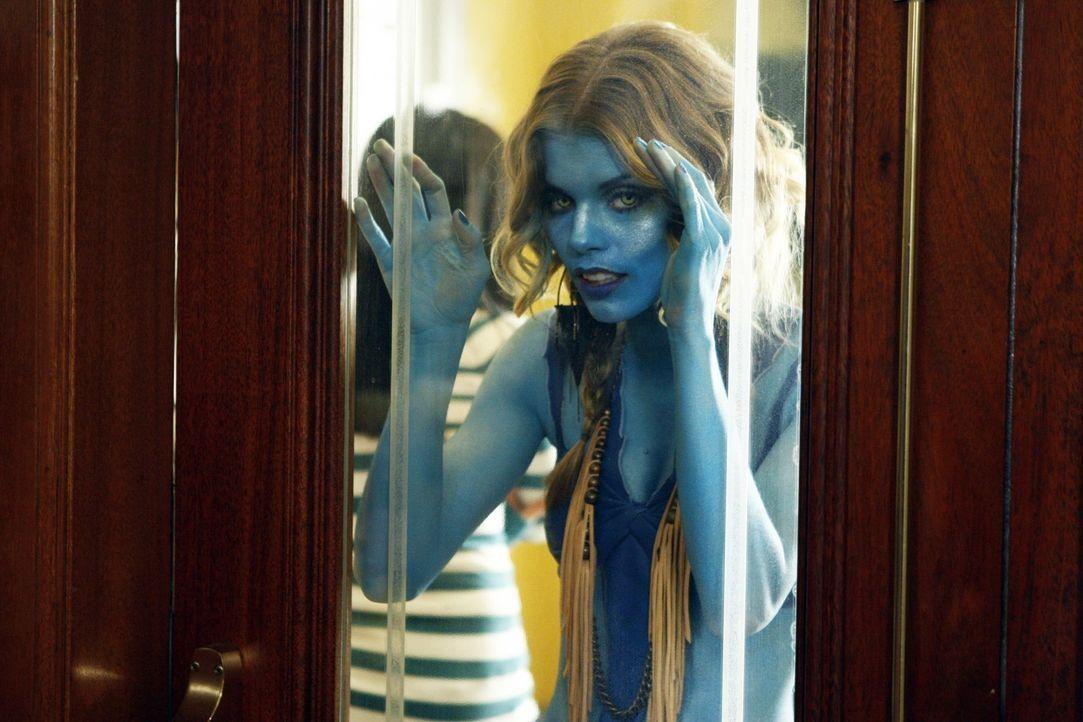 Als Avatar verkleidet besucht Naomi (AnnaLynne McCord) ein Science Fiction-Festival ... - Bildquelle: TM &   CBS Studios Inc. All Rights Reserved