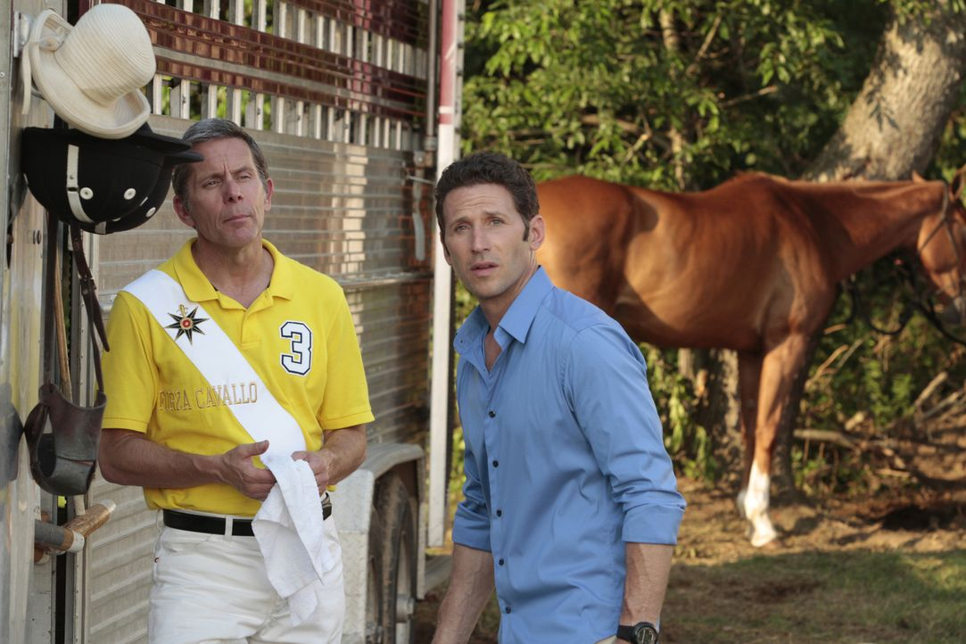 (v.l.n.r.) Simon Braddock (Gary Cole); Hank Lawson (Mark Feuerstein) - Bildquelle: Giovanni Rufino 2012 USA Network Media, LLC/ Giovanni Rufino