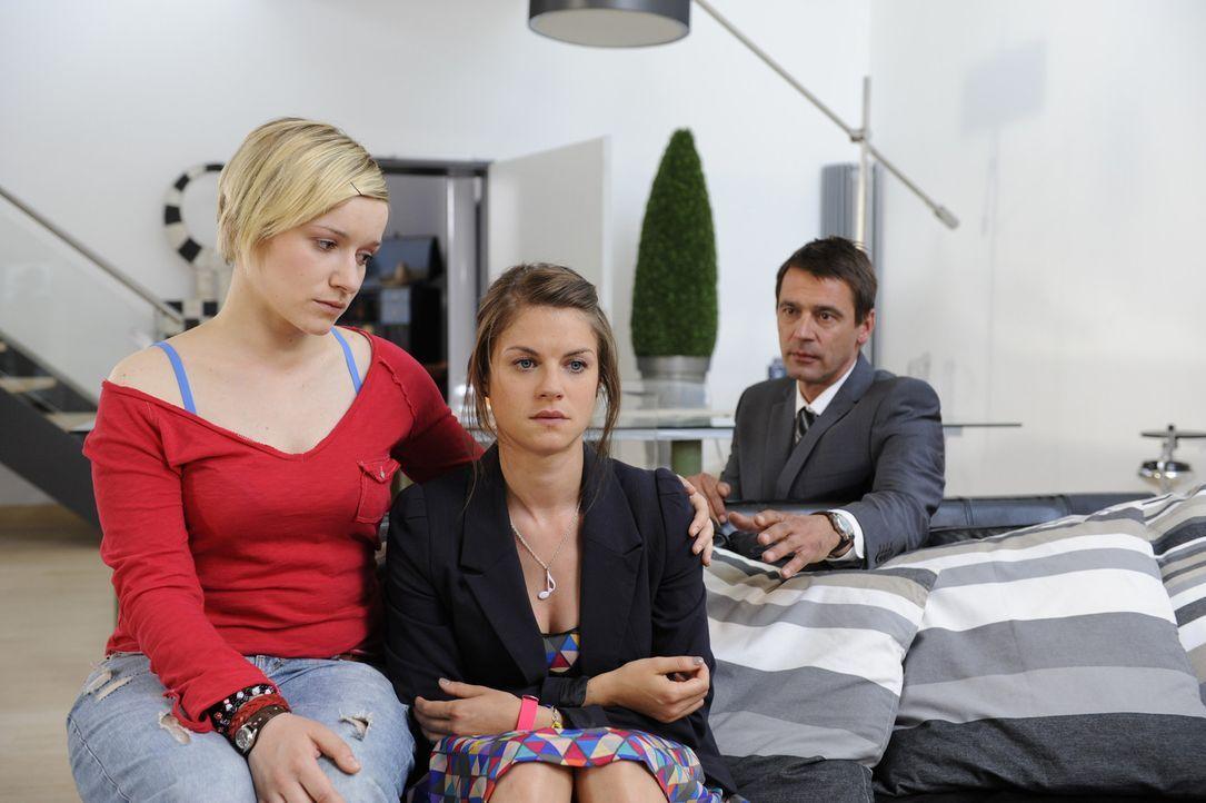 Jenny verdrängt die schlimmen Nachrichten, die sie erreicht haben. Und auch Emma schafft es nicht, zu ihr durchzudringen. (v.l.n.r.) Emma (Kasia Bo... - Bildquelle: SAT.1
