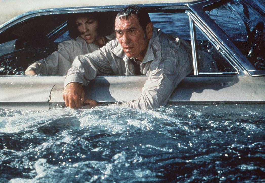 Auf der Suche nach der Wahrheit geraten die verzweifelte Libby (Ashley Judd, l.) und ihr Bewährungshelfer Travis Lehman (Tommy Lee Jones, r.) in ei... - Bildquelle: Paramount Pictures