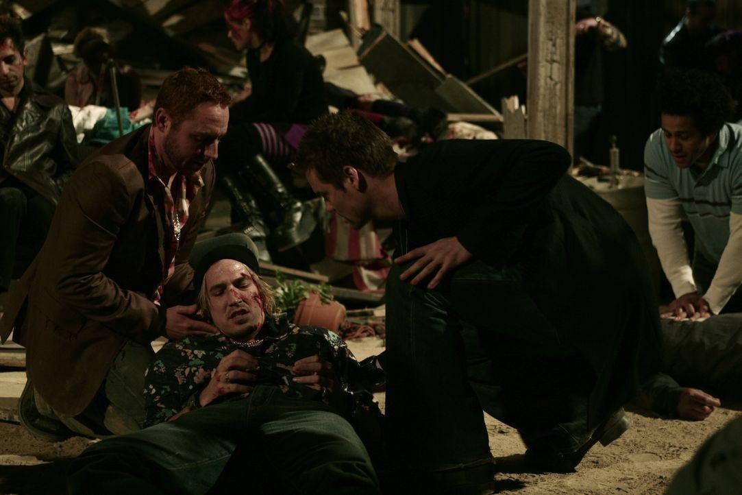 Nachdem Einsturz des Penthouses kümmern sich Ray (Shane West, r.) und Morris (Scott Grimes, l.) um Riley (Spence Decker, M.), der unter den Trümmern... - Bildquelle: WARNER BROS