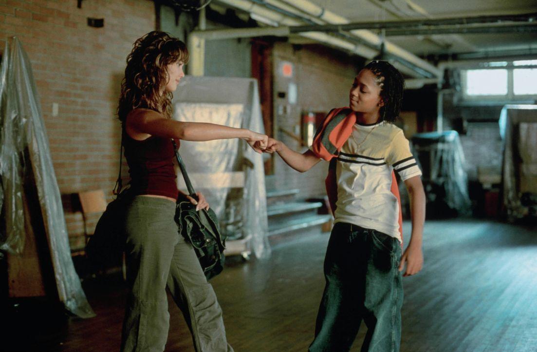 Honey Daniela (Jessica Alba, l.) arbeitet ehrenamtlich in einem Gemeindezentrum in der Bronx und gibt dort Tanzunterricht. Eines Tages lernt sie dor... - Bildquelle: Universal Studios