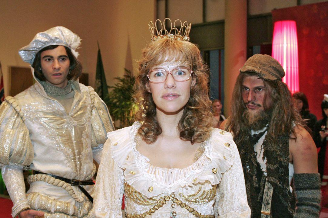 """Tippelbruder"" Rokko (Manuel Cortez, r.) ist entzückt von ""Prinzessin"" Lisa (Alexandra Neldel, M.). ""Prinz"" David (Mathis Künzler, r.) allerdings is... - Bildquelle: Noreen Flynn SAT.1 / Noreen Flynn"