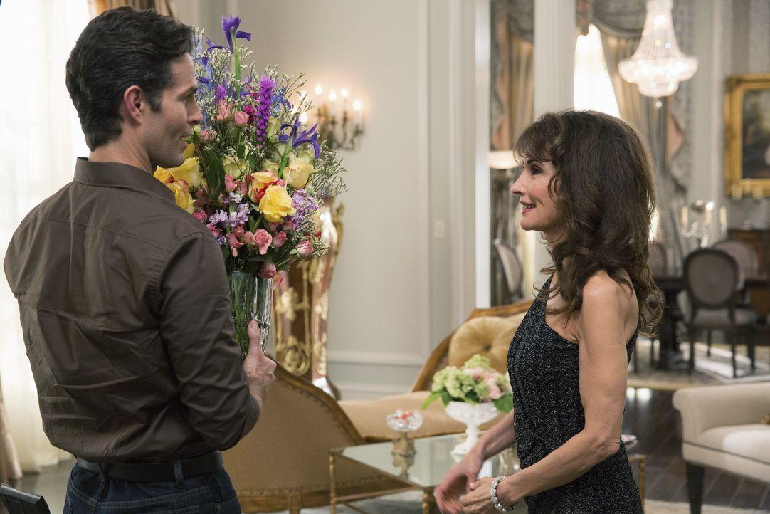 Während sich Genevieve (Susan Lucci, r.) über Blumen von einem ihrer Verehrer freut, macht Dave Grant (Tom Parker, l.) Bekanntschaft mit Zoila ... - Bildquelle: 2014 ABC Studios