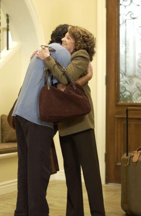 Sandys (Peter Gallagher, l.) Mutter 'Nana' Cohen (Linda Lavin, r.) kommt nach Kalifornien und bringt tragische Neuigkeiten mit ... - Bildquelle: Warner Bros. Television