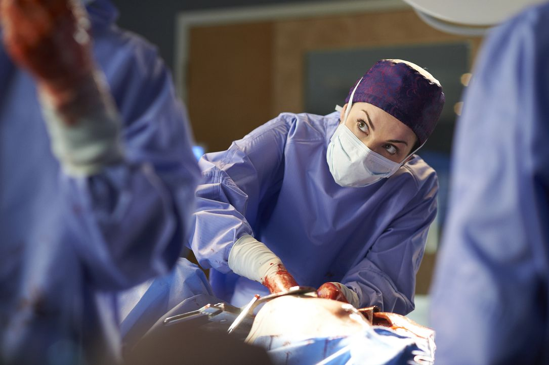 Eine Herztransplantation erfordert Alex' (Erica Durance) uneingeschränkte Aufmerksamkeit. Dass sie die Operation ausgerechnet zusammen mit Dawn, mit...