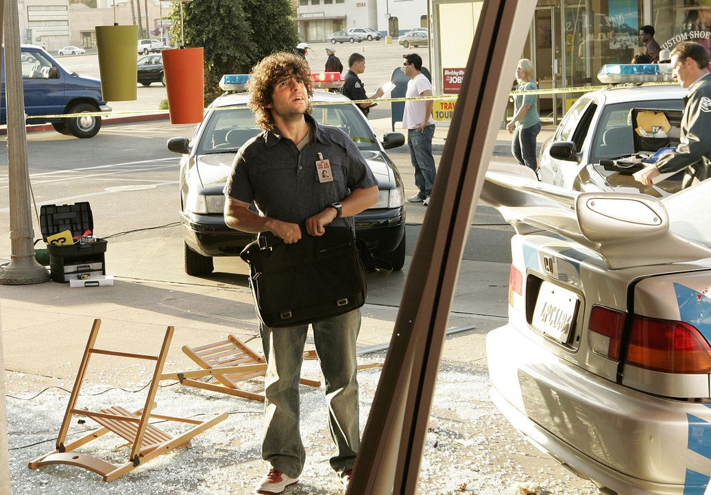 Charlie (David Krumholtz) nimmt den Tatort unter die Lupe und muss feststellen, dass dieser Vorfall kein herkömmlicher Unfall war ... - Bildquelle: Paramount Network Television