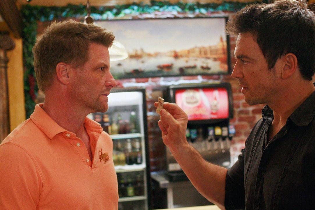 Nachdem Rick (Jason Gedrick, r.) eine Schachtel Streichhölzer aus Toms Restaurant an der Unfallstelle gefunden hat, ist er sich sicher, dass Tom (Do... - Bildquelle: ABC Studios