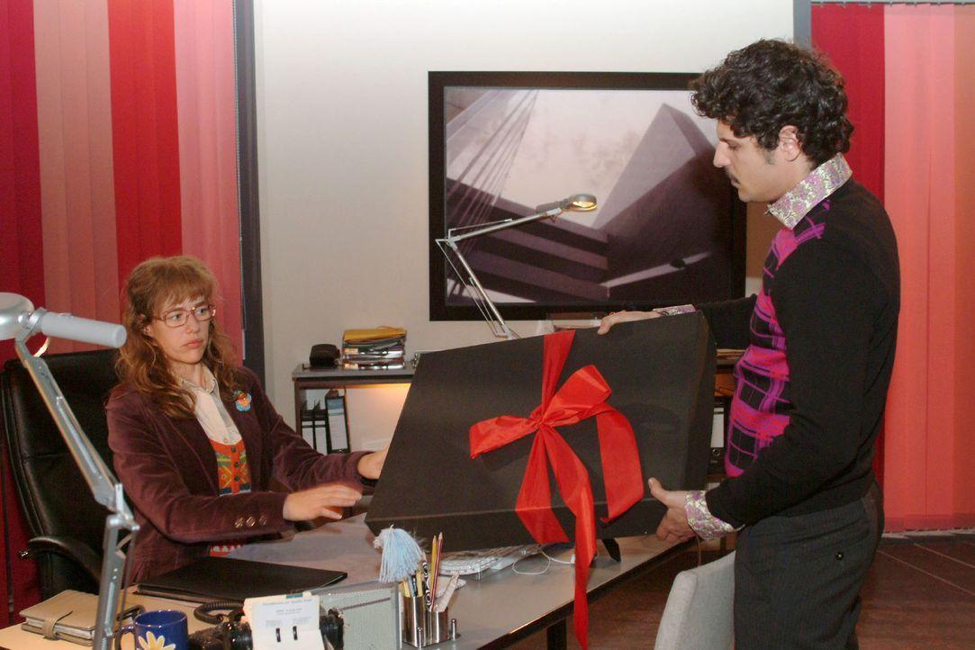 Rokko (Manuel Cortez, r.) möchte Lisa (Alexandra Neldel, l.) zum Maskenball überreden - und überreicht ihr eine Schachtel. - (Dieses Foto von Ale... - Bildquelle: Monika Schürle Sat.1
