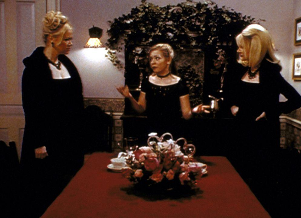 Sabrina (Melissa Joan Hart, M.) muss es bis zum Valentinstag erreichen, dass sich ein Pärchen verliebt. Doch Zelda (Beth Broderick, r.) und Hilda (... - Bildquelle: Paramount Pictures