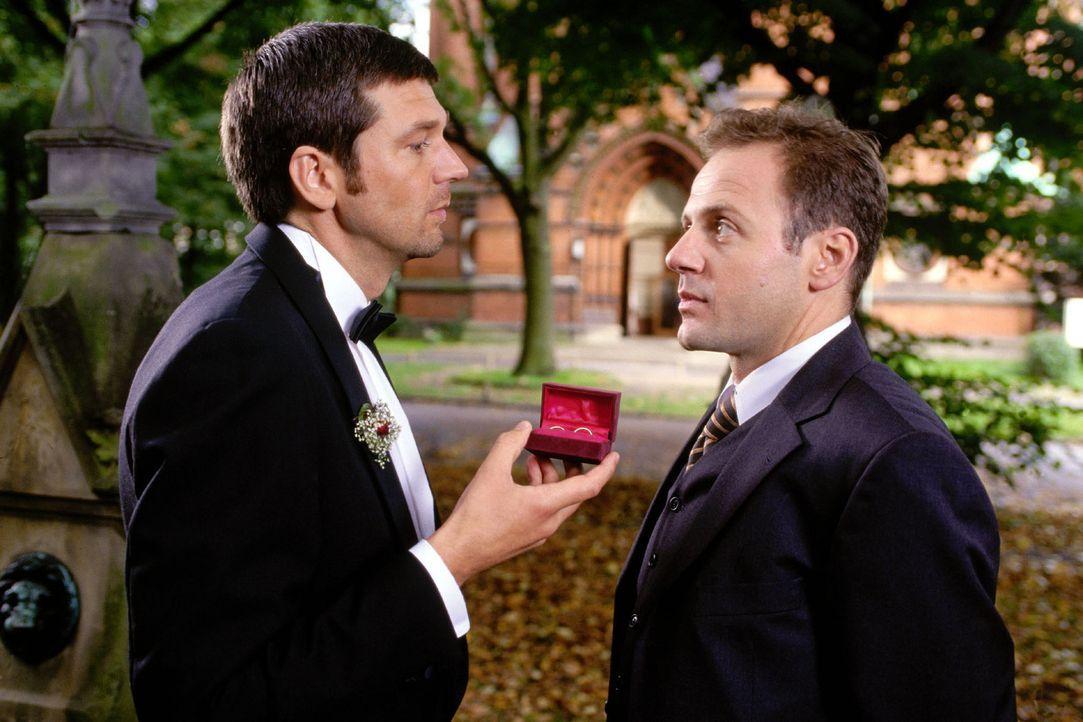 Karel (Samuel Fintzi, r.) fragt Martin (Kai Wiesinger, l.), ob alles nach Plan läuft. - Bildquelle: Sat.1