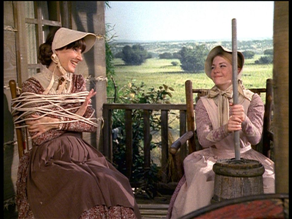 Sabrina (Melissa Joan Hart, r.) wird zusammen mit ihrer Lehrerin Mrs. Quick (Mary Gross, l.), die sich der Komplizenschaft schuldig gemacht hat, zur... - Bildquelle: Paramount Pictures