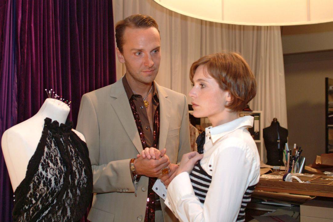 Hugo (Hubertus Regout, l.) bittet Britta (Susanne Berckhemer, r.), seine Gefühle ihr gegenüber ernst zu nehmen. - Bildquelle: Monika Schürle SAT.1 / Monika Schürle