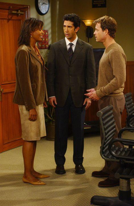 Ausgerechnet bei Charlies (Aisha Tyler, l.) Ex-Freund Dr. Hobart (Greg Kinnear, r.), muss Ross (David Schwimmer, M.) eine Prüfung bestehen um ein Fo... - Bildquelle: 2003 Warner Brothers International Television