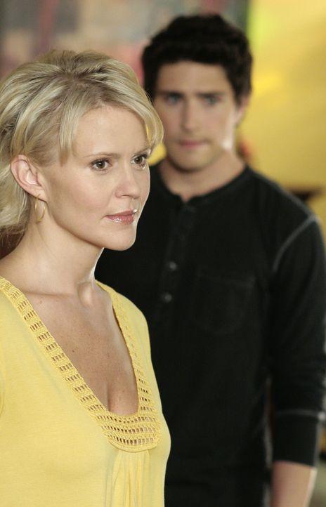 Nicole (Marguerite MacIntyre, vorne) und Kyle (Matt Dallas, hinten) können sich zunächst nicht erklären, was die Sozialarbeiterin von ihnen will... - Bildquelle: TOUCHSTONE TELEVISION