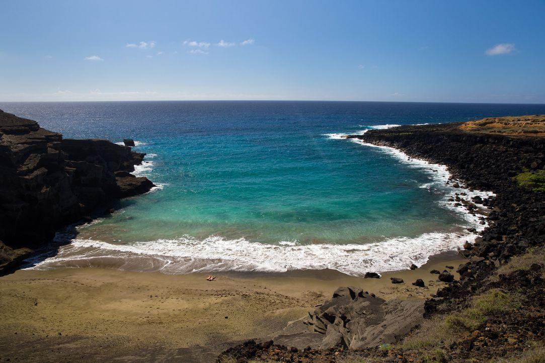 """Diese traumhafte Bucht ist auf """"Big Island"""", Hawaii, zu finden. Am """"Papakolea Beach"""" lässt es sich ausgiebig entspannen ... - Bildquelle: 2017,The Travel Channel, L.L.C. All Rights Reserved"""