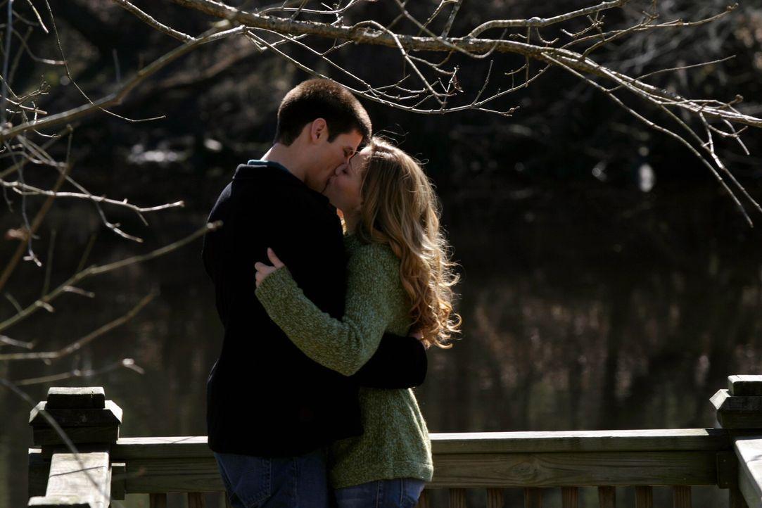 Das Liebesglück ist perfekt: Nathan (James Lafferty, l.) und Haley (Bethany Joy Galeotti, r.) sind endlich wieder ein Paar ... - Bildquelle: Warner Bros. Pictures