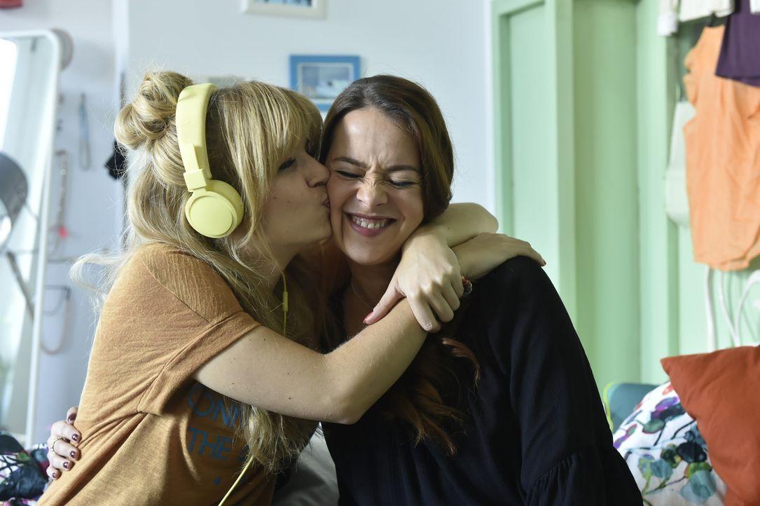 Auf der Suche nach dem mysteriösen Marko hat Sally (Laura Osswald, r.) den entscheidenden Tipp für Mila (Susan Sideropoulos, l.) ... - Bildquelle: Claudius Pflug sixx