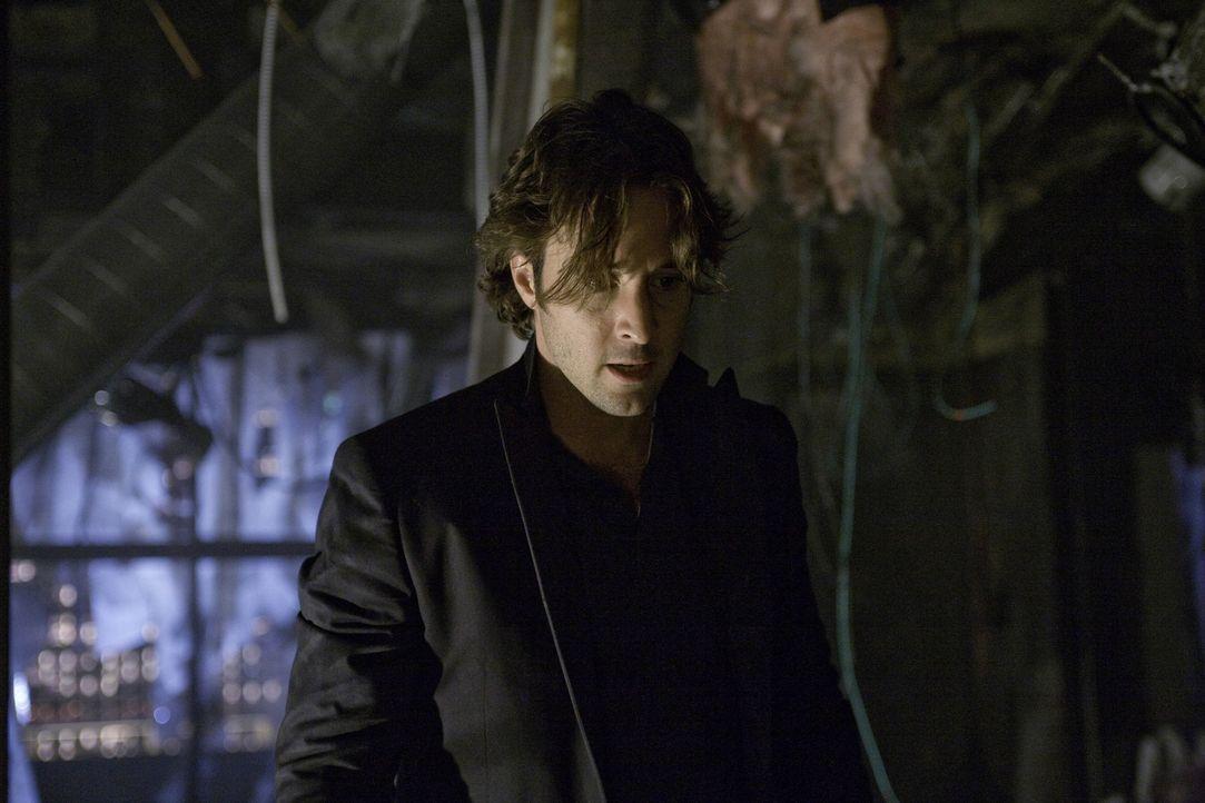 Um den Auftragskiller zu finden, sucht Mick (Alex O'Loughlin) nach Hinweisen. Er begibt sich in das völlig zerstörte Haus von Josef ... - Bildquelle: Warner Brothers