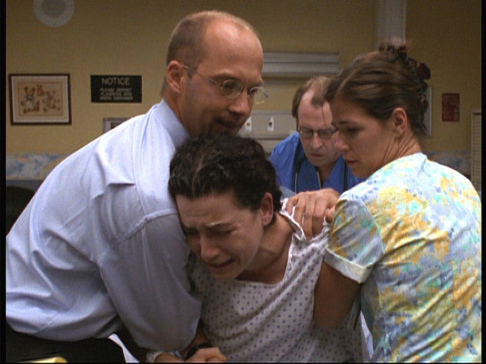 Bei Hathaway (Julianna Margulies, M.) kommt es während der Entbindung zu Komplikationen. - Bildquelle: TM+  2000 WARNER BROS.