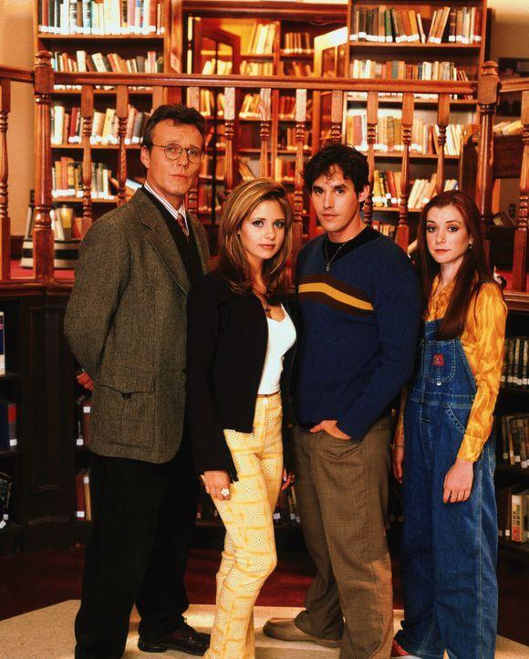 (1. Staffel) - Auf der Jagd nach Dämonen wird Buffy (Sarah Michelle Gellar, 2.v.l.) von Mr. Giles (Anthony Stewart Head, l.), Xander (Nicholas Brend... - Bildquelle: (1997) Twentieth Century Fox Film Corporation.