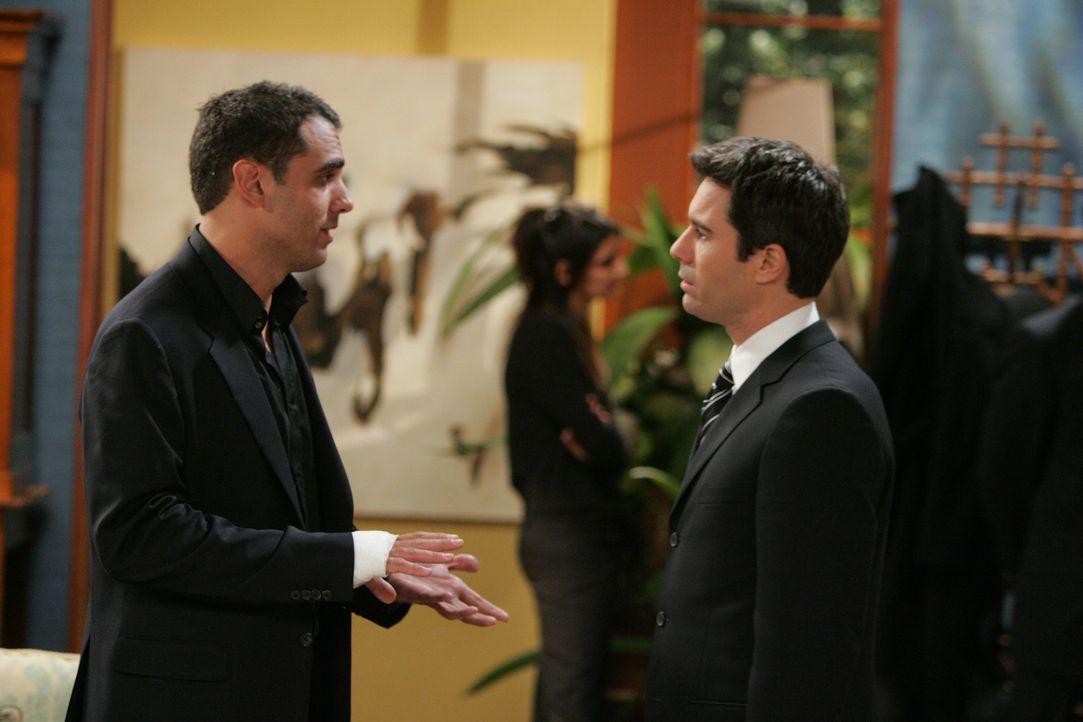 Damit Will (Eric McCormack, r.) nie wieder einen derartigen Fehler macht, erklärt er kurzerhand seinem Ex-Freund Vince (Bobby Cannavale, l.), wie se... - Bildquelle: Chris Haston NBC Productions