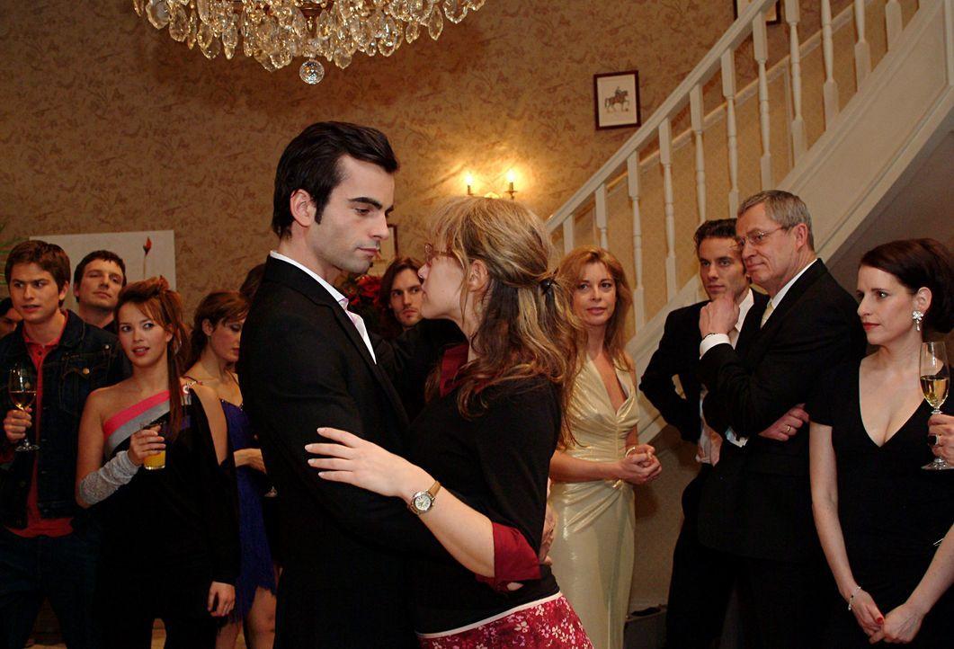 Lisa (Alexandra Neldel, r.) hat Davids (Mathis Künzler, l.) Entschuldigung angenommen und schwebt mit ihm, der sie zum Tanz aufgefordert hat, über d... - Bildquelle: Monika Schürle SAT.1 / Monika Schürle