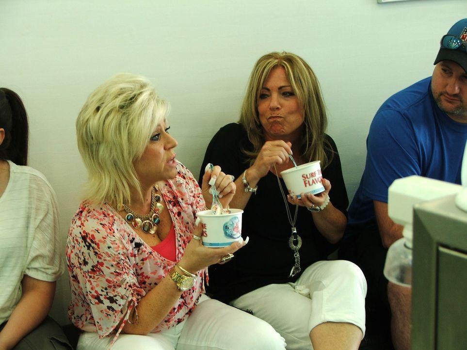 Zusammen mit ihrer Cousine Lisa (2.v.r.) schmiedet Theresa (l.) Pläne für ihren Geburtstag ... - Bildquelle: Discovery Communications, Inc.