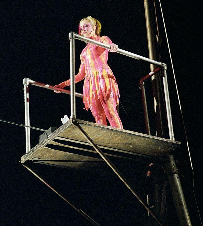 Sabrina (Melissa Joan Hart) versucht sich im Zirkus als Seiltänzerin ... - Bildquelle: Paramount Pictures