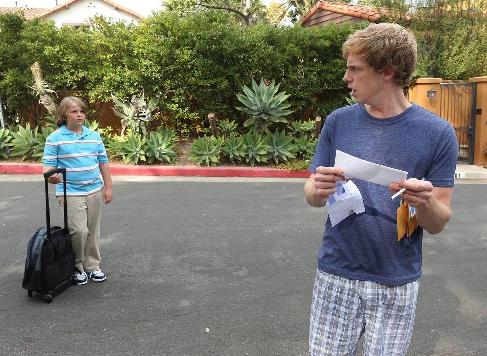 Als sich Killian (Shane Francis Smith, l.) als neuer Nachbar vorstellt, der gerne Zeit mit ihm verbringen möchte, ist Jimmy (Chris Geere, r.) mehr a... - Bildquelle: TM &   2014 Fox and its related entities.  All rights reserved.