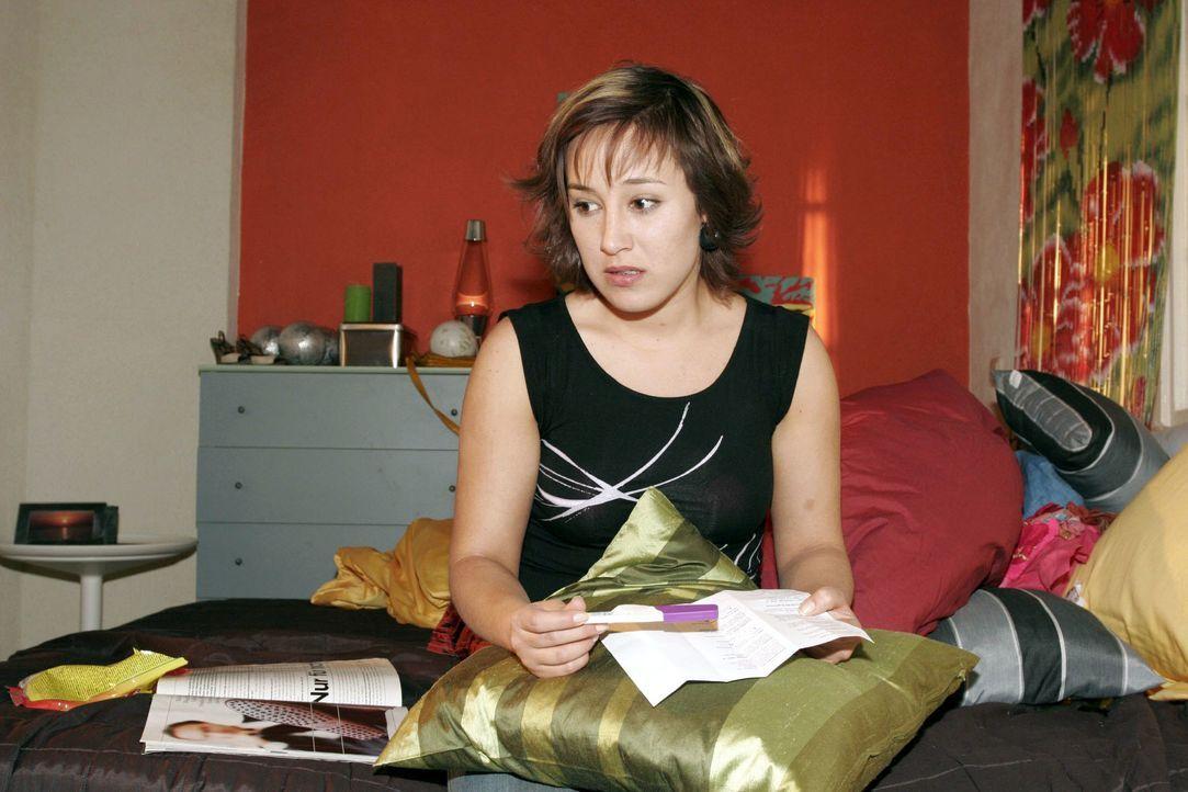 Fassungslos schaut Yvonne (Bärbel Schleker) auf das Ergebnis des Teststreifens. - Bildquelle: Noreen Flynn SAT.1 / Noreen Flynn