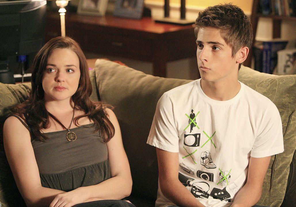 Die Geschwister Josh (Jean-Luc Bilodeau, r.) und Lori (April Matson, l.) sind mit den Vorbereitungen für den Schulball beschäftigt ... - Bildquelle: TOUCHSTONE TELEVISION