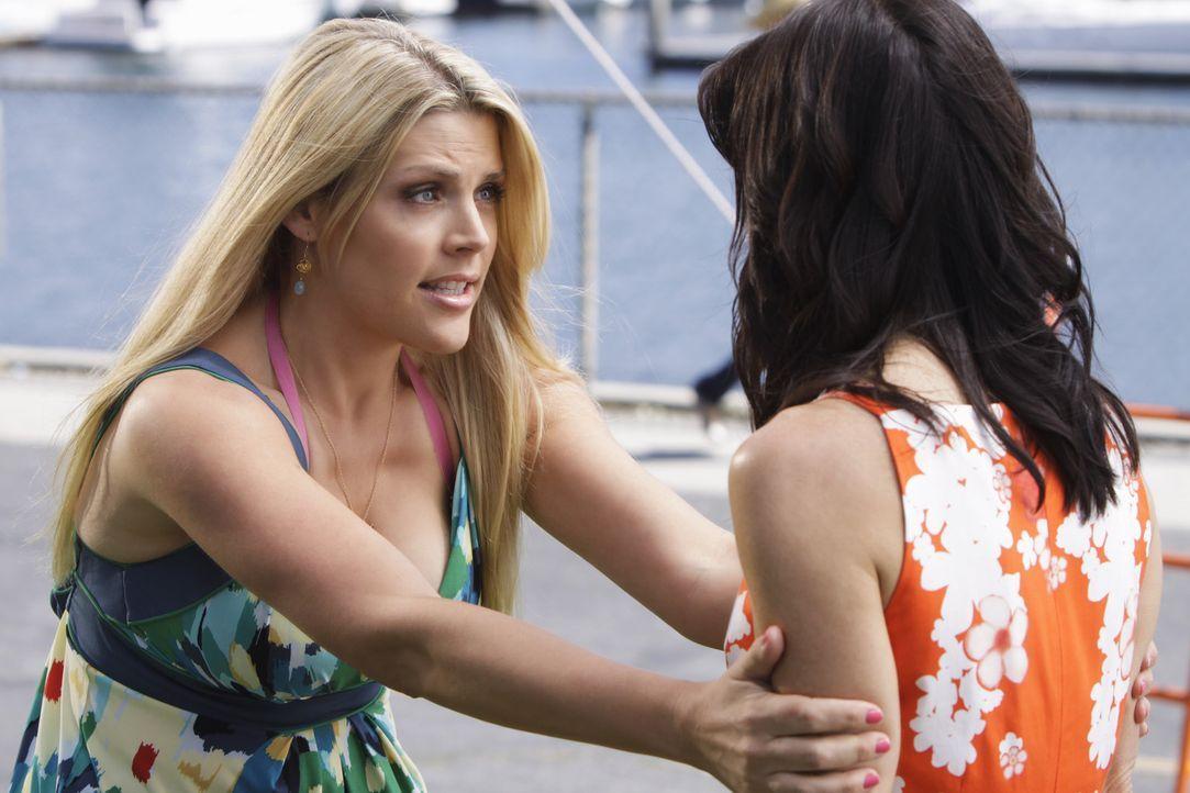 Laurie (Busy Philipps, l.) versucht in Jules (Courteney Cox, r.) Leben mehr Spaß zu bringen, doch Jules ziert sich noch etwas ... - Bildquelle: 2009 ABC INC.