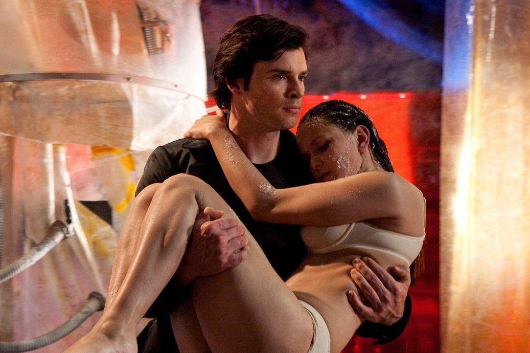 Ist es bereits zu spät für Faoras Schwester Vala (Crystal Lowe, r.) oder kann Clark (Tom Welling, l.) sie noch rechtzeitig retten? - Bildquelle: Warner Bros.
