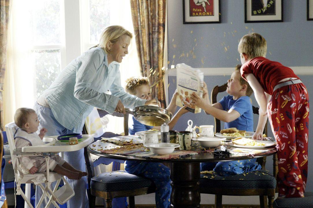 Mit vier Kindern, davon 3 hyperaktiven und einem sexwütigen Göttergatten, der kaum zu Hause ist, bewegt sich Lynette (Felicity Huffman, 2.v.l.) t - Bildquelle: Touchstone Television