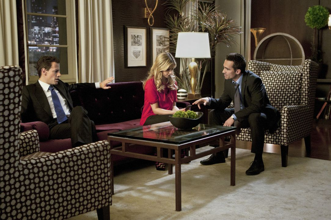 Victor Machado (Nestor Carbonell, r.) verspricht Andrew Martin (Ioan Gruffudd, l.) und Bridget (Sarah Michelle Gellar, M.), die er noch immer für S... - Bildquelle: 2011 THE CW NETWORK, LLC. ALL RIGHTS RESERVED