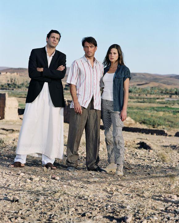 Endlich gelingt es Sascha (Jan Sosniok, M.) mit Tariks (Mehdi Nebbou, l.) Hilfe Julia (Ellenie Salvo Gonzalez, r.) zu befreien. Doch der Albtraum ha... - Bildquelle: ProSieben