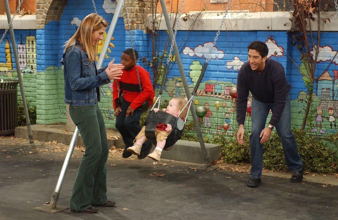 Weil Rachel (Jennifer Aniston, l.) als Kind einen Unfall auf einer Schaukel hatte, möchte sie nicht, dass Ross (David Schwimmer, r.) mit Emma (Darst... - Bildquelle: 2003 Warner Brothers International Television